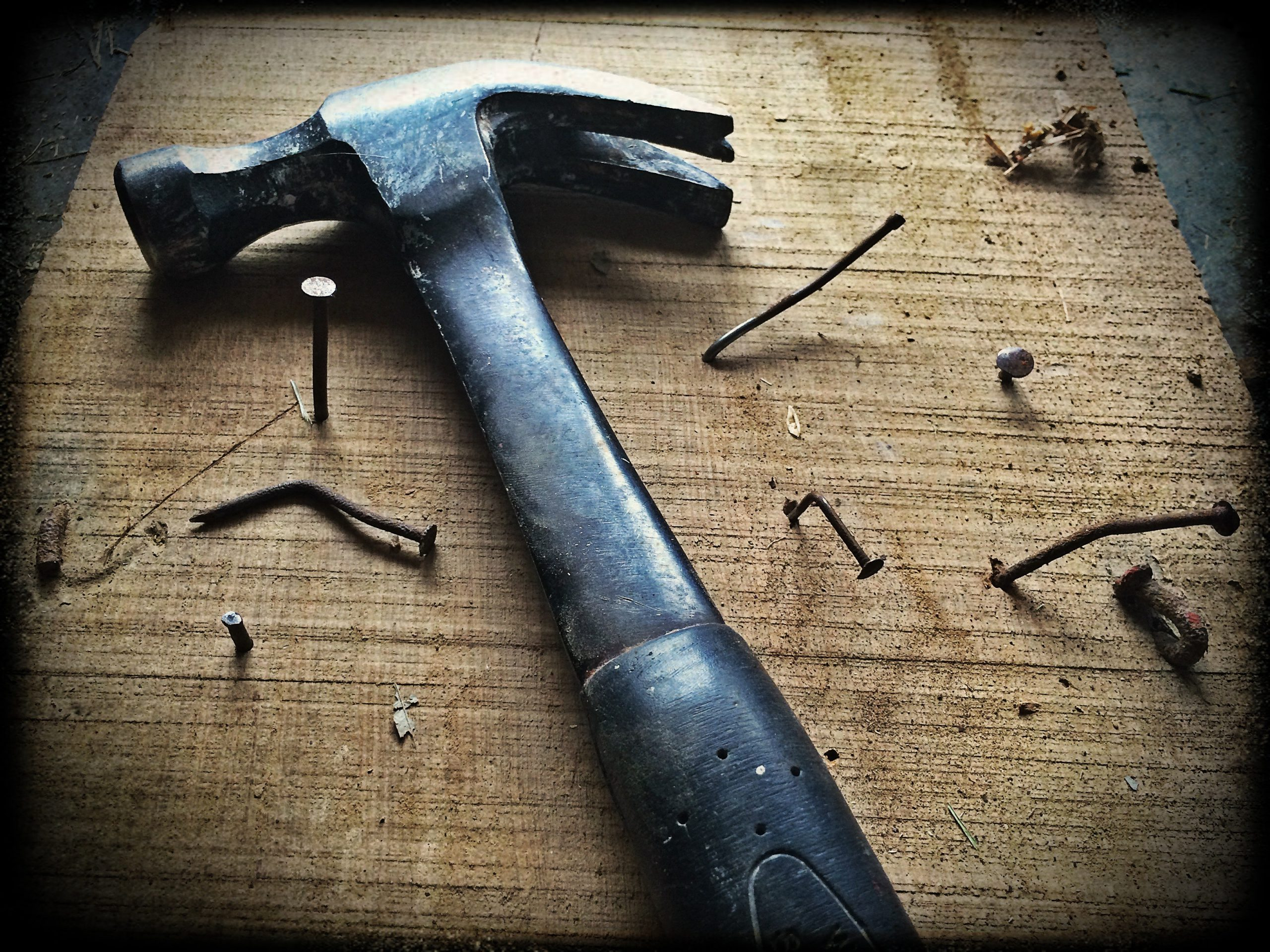 black-claw-hammer-on-brown-wooden-plank-209235